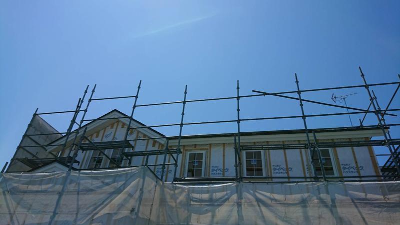夏の空のなか輸入住宅建築♪