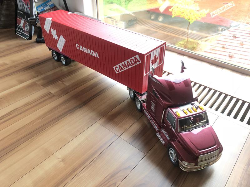 カナダ輸入住宅の資材を載せたコンテナを運ぶトレーラー