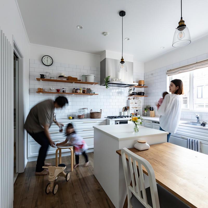 開放的なキッチンに家族が触れ合うお家